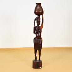 Afrikanische Frau mit Wasserkrug aus Ebenholz. Moderne Holzschnitzkunst aus Ghana