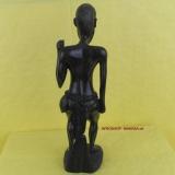 Afrikaner. Afrikanischer Mann. Moderne afrikanische Holzschnitzkunst.