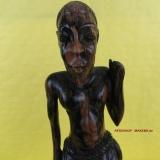 Moderne afrikanische Holzschnitzkunst. Alter Mann am Stock aus Mahagoni. Gambia