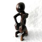 Moderne, abstrakte Frauenfigur aus Afrika. Knieende Frau aus Ebenholz.