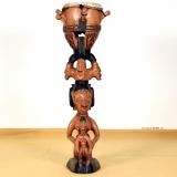 Yoruba Figur mit ere ibeji Figuren und mit Trommel