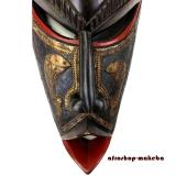 Wandmaske der Ashanti mit Tiersymbolen aus Ghana. Moderne Afrika Holzmaske